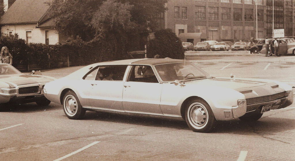 Oldsmobile-Toronado-limo-1967-Hugo90.jpg